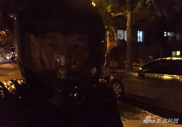 我在某天夜里还试了一下骑摩托车带着头盔色的状况 也可以识别(透明镜片 遮住了下半部分嘴唇)
