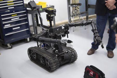 走入生活圈5款机器人眼球操控不是梦~机器人帮瘫痪病人用眼下棋